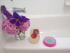 A perfect summer bath Lush Aesthetic, Lush Shop, Lush Bath Bombs, Lush Cosmetics, Bottle Candles, Lush Products, Bath Soap, Diy Spa, Skin Food