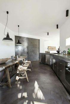 prachtige betonvloer in combinatie met staal en prachtig geleefd hout! love it.