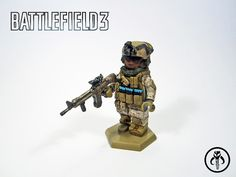 Photo courtesy of KalSkirata This Battlefield 3 Assault Class is a video game inspired custom minifigure and features a new desert marpat for KalSkirata, which Lego Custom Minifigures, Lego Minifigs, Legos, Lego Bed, Steampunk Lego, Lego Soldiers, Lego Guns, Lego Furniture, Lego Videos