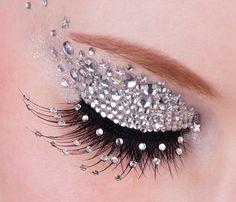 Maquillaje de ojos con strass, perfecto para estas fiestas