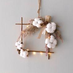 팜파스 & 목화 리스 + 전구(10구) SET Diy Crafts For Home Decor, Handmade Home Decor, Xmas Decorations, Flower Decorations, Christmas Mood, Christmas Wreaths, Dried Flowers, Paper Flowers, Floral Hoops