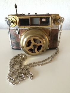 steampunk camera  http://steampunk-heaven.nl/product/steampunk-camera-2-met-antieke-4-tandwielen-en-horloge-uurwerkje/