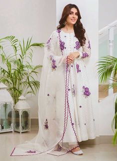 Ayeza Khan also choose to wear in all white on this Eid with magenta color embroidery on it Simple Pakistani Dresses, Pakistani Dress Design, Simple Dresses, Pakistani Outfits, Dress Indian Style, Indian Dresses, Indian Clothes, Indian Wear, Indian Designer Outfits