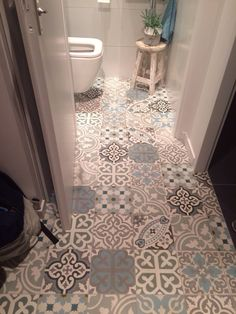 Cement tiles patchwork toilet. Portugese tegels, cement tegels, designtegels.nl, AzuleB.V.