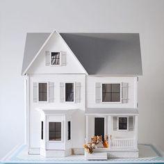 Dreaming modern dollhouses for big girls - dollhouse Dollhouse Kits, Victorian Dollhouse, Girls Dollhouse, Ikea Dollhouse, Dollhouse Miniatures, Modern Dollhouse Furniture, Doll House Plans, Farmhouse Renovation, Miniature Houses