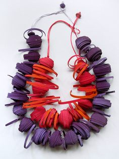 These paper jewelry pieces are by Italian designer Angela Simone . Paper Bead Jewelry, Textile Jewelry, Fabric Jewelry, Paper Beads, Jewelry Crafts, Jewelry Art, Jewelry Design, Do It Yourself Jewelry, Body Adornment