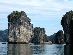 7 Maravillas Naturales del Mundo: Bahía de Ha-Long (Vietnam) La bahía de Ha Long (en vietnamita: Vịnh Hạ Long), también llamada Bahía de Halong o Bahía de Along, es una extensión de agua de aproximadamente 1.500 km². Situada al norte de Vietnam, en la provincia de Quang Ninh, en el golfo de Tonkín, cerca de la frontera China y a 170 km al este de Hanói.