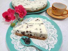 Ricetta CHEESECAKE RICOTTA E GOCCE DI CIOCCOLATO SENZA COTTURA Divertirsi in cucina Sweet Recipes, Cake Recipes, Latte, Torte Cake, Cheesecake Cake, Sweets Cake, Frozen Cake, Sweet And Salty, Just Desserts