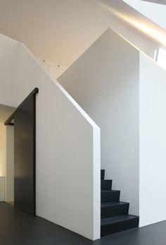 Satiya+House+–+adn+Architectures Gaaf idee voor de kelderdeur, schuiven maar.