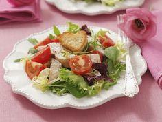 Bunter Salat mit Cocktailtomaten, Hähnchen und Herz-Croutons ist ein Rezept mit frischen Zutaten aus der Kategorie Hähnchen. Probieren Sie dieses und weitere Rezepte von EAT SMARTER!