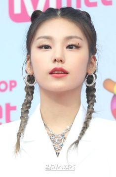 Kpop Girl Groups, Kpop Girls, K Pop, Girl With Pigtails, Cool Makeup Looks, Kpop Hair, Summer Hairstyles, Pop Fashion, Pretty Woman