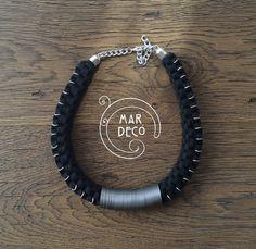 Collar cuadrado negro con detalles en plateado