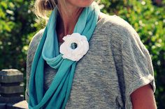 no sew ombre infinity scarf out of xlg tshirt. with tshirt flower instructions