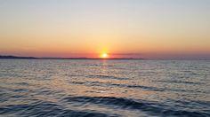 Mein Lieblingsplatz, um den Sonnenuntergang zu bestaunen, ist die Meeresorgel in Zadar. Es handelt sich dabei um eine Art Treppe mit verschiedenen kleinen Löchern, die ins Meer führt. Durch die Wellen, die auf die Stufen schwappen, entstehen dann Töne, die sich tatsächlich nach einem Orgelspiel anhören. Ich saß auf einer der oberen Stufen, blickte auf das Meer hinaus und wartete bis die Sonne langsam unterging.  Man sagt übrigens, in Zadar gäbe es die schönsten Sonnenuntergänge der Welt…