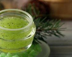 Gommage visage à l'huile essentielle de pin sylvestre : http://www.fourchette-et-bikini.fr/recettes/recettes-minceur/gommage-visage-lhuile-essentielle-de-pin-sylvestre.html