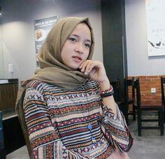 Hijab sabyan Batik Fashion, Girl Fashion, Muslim Women, Beautiful Women, Turtle Neck, Ootd, Actresses, Actors, Casual
