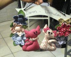 Guirlanda confeccionada em feltro e tecido 100% algodão. Placa de mdf pintada e invernizada e flores de fuxico para completar... R$ 30,00