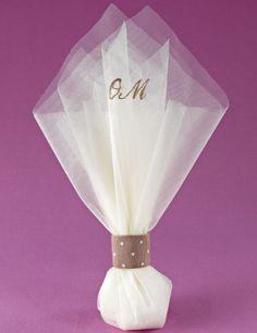 www.mpomponieres.gr Μπομπονιέρα γάμου τούλινη από δύο μαντήλια οργάντζα διάστασης 50x50cm που δένονται σε λαιμό από κορδέλα βαμβακερή σε χρώμα μπεζ πουά και στα οποία κεντιούνται τα αρχικά του ζεύγους. #mpomponieres #bomboniere #gamou #gamos #bonbonieres #μπομπονιερες #γαμου #γαμος #wedding #marriage http://www.mpomponieres.gr/mpomponieres-gamou/mpomponiera-gamou-toulini-me-kentimena-monogrammata.html