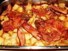Verus konyhája: Szalonnával sült sertéstarja hagymás burgonyaágyon Bacon, Lunch, Chicken, Breakfast, Kitchen, Recipes, Food, Morning Coffee, Cooking