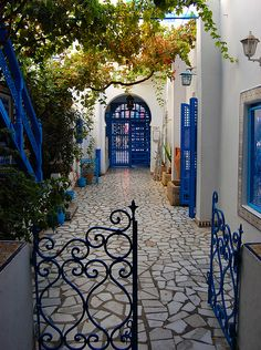 Lovely courtyard in Sidi Bou Said, Tunisia. This place is truly like heaven on earth. The walkways, the architecture, the colors, the weather! I felt so at peace looking out over the bay with the mountains in the distance. Future House, My House, Beautiful Homes, Beautiful Places, Spanish Style Homes, Garden Gates, My Dream Home, Interior And Exterior, Outdoor Living