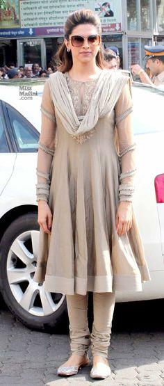 Deepika padukone in indian outfit.looks so smart and simple Punjabi Fashion, Ethnic Fashion, Look Fashion, Indian Fashion, Designer Kurtis, Designer Dresses, Deepika Padukone, Mode Bollywood, Bollywood Fashion