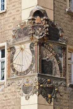 Otmuchów. Otmuchov. Ottmachau. Radnice - renesanční sluneční hodiny z r. 1575, kt. byly zhotoveny z iniciativy vrat. biskupa Martina Gerstmanna a jejichž výzdoba má dle názoru někt. odborníků již prvky manýrismu.