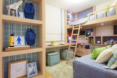 """""""A marcenaria inteligente (Portal da Madeira) é o ponto alto deste projeto assinado pelos arquitetos Marcello Sesso e Débora Dalanezi, em um quarto com 7,6 m², para dois meninos de oito anos. Elevada, uma das camas deixa a área abaixo de si livre para nichos e brinquedos. """"Esse recurso cria espaço útil para brincar e estudar, além de facilitar o 'layout' de dormitórios pequenos"""", diz Dalanezi. Uma bancada de estudos, dupla, percorre toda a parede lateral sob a janela"""" Bruno Cocozza…"""