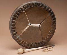 Tambours - Hochets chamaniques - HOZHO Visions - Comptoir des Amériques Tambour, Instruments, Art Premier, Objet D'art, Drums, Nativity, Native American, Medicine, Clock