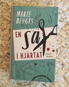 Den här ska jag läsa under långhelgen 🌲- På småländska landsbygden 1957 hittas en granne med en sax i hjärtat och en ung klädskapare från Stockholm ska lösa mörka hemligheter ✂️💚📚💚✂️ #textillärare #pusseldeckare #ensaxihjärtat #mariebengts