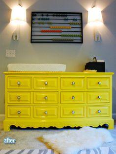 Mueble amarillo y ábaco decorativo