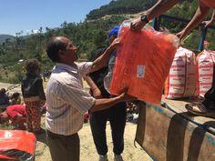 Plan deelt noodhulppakketten uit in het Kavrepalanchok District, één van de zwaarst getroffen gebieden in Nepal. Naar schatting is zo'n 95% van de 1.300 huizen vernield. Help Nepal: https://www.plannederland.nl/resultaten/noodhulp/aardbeving-in-nepal