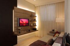 Projeto de arquitetura de interiores e decoração da arquiteta decoradora Pricila Dalzochio. Sala de estar com painel da TV iluminado. Sala de estar com 2 ambientes. Aparador atrás do sofá. Cortina voil