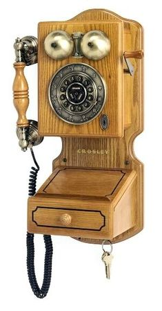 Traditional Country Wall Phone Retro Telephones Originally introduced in the early this classic features a crank handle that actually turns. The Crosley Country Kitchen Phone features touch-tone buttons with a rotary look, complete with Telephone Vintage, Vintage Phones, Telephone Call, Antique Phone, Antique Radio, Oldschool, Old Wall, Old Phone, Log Cabin Homes