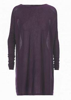 Das Oberteil Ebony von HIGH ist aus feinem Wolle-Kaschmir-Seidenmischgarn gefertigt. Der Bateau-Ausschnitt wirkt klassisch und wird durch die weite Passform mit den eng anliegenden Ärmeln in Kontrast gesetzt. Ein schönes Highlight bildet der Swarovski®-Kristall auf der Rückseite. Das Modell kann sowohl als Kleid als auch als langer Pullover getragen werden. Ebony lässt sich gut zu Leggins oder Culottes kombinieren. &amp...