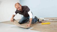 Vinylboden selber verlegen - Selbstklebenden Vinylbelag auf den Untergrund kleben - so wird's gemacht.