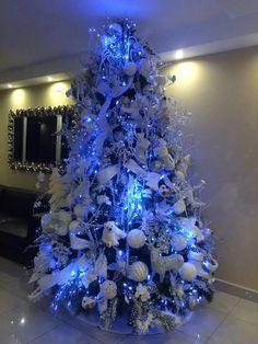 Frozen Christmas Tree, Black Christmas Tree Decorations, Peacock Christmas Tree, Elegant Christmas Trees, Luxury Christmas Tree, Christmas Tree Design, Silver Christmas, Christmas Mantels, Holiday Tree