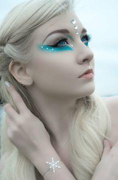 reine des neiges, strass couleur argent, trait d'eyeliner dramatique, coiffure tresse