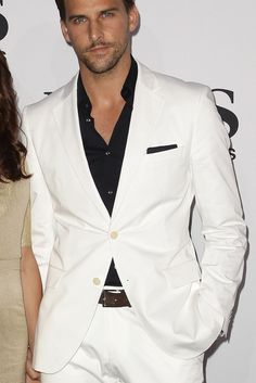 White suit itch black shirt and pocket square.  Very sexy.