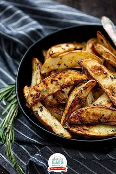 These Rosemary and Garlic Roasted Potatoes are the perfect potato side dish for any fall or winter meal! Come learn how to make the perfect crispy roasted potatoes with lots of flavor and how to reheat leftover roasted potatoes. You'll never believe how easy these crispy rosemary potatoes are to make! | @goodlifeeats #easysteaksidedish #sidedish #roastedpotatoes Garlic Roasted Potatoes, Rosemary Potatoes, Roasted Potato Recipes, Crispy Potatoes, Potato Sides, Potato Side Dishes, Perfect Roast Potatoes, Potato Varieties, Steak Side Dishes