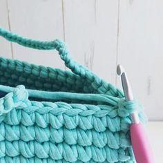 ・ ・ 🏝細編み丸底マルシェ 🏝動画㉕ ・ 〜持ち手部分〜最後の段突入!!! 縁の包み編みと持ち手の色替え準備 ・ いよいよ最後の段です。 縁は厚みを持たせたいのでいつも細編みする場所より一段下の段に針を入れ、下の段を編み包む形で編みます。 ・ 途中で、色替え用の糸を裏側から追加し、一緒に編み包んでいきます。 前回の糸変えと処理の仕方を替えたのは、最後、縁の部分が解けないように結びたいからです。 ・ 一段下を編み包みながら、まず最初の7目まで進めます。 ・ ・ うまく出来たよー!!の声はすごく励みになります❤️ありがとうございます😊❤️ 是非是非途中経過なども見せてくださいね❤️ シェア、リポスト歓迎です😊 ・ 大きさは、糸の太さや編み方の強さによって変わります! ・ 56目のマルシェや、64目のマルシェだと使う糸の目安は 🏝ズパゲッティ→1〜1.5玉 🏝monopop→3〜3.5玉 あれば安心だと思います😊❤️ ・ ・ ❤️今回私は丸底マルシェの動画をご紹介してますが、ポーチやスマホポシェットにもなるミニポシェットの作り方を @kinomi716…