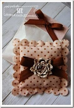 Cuscinetto con gesso profumato e sacchettino in carta porta confetti