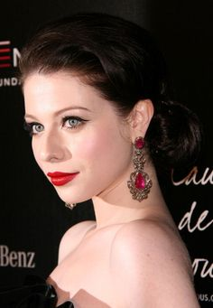 Michelle Trachtenberg wows with glam hairstyle