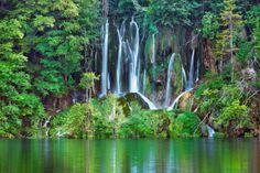 Parque Nacional de los Lagos de Plitvice (Croacia) Foto: Corbis. Texto: Almudena Martín — Unos 16 lagos conectados entre sí por un centenar de cascadas componen el Parque Nacional de los Lagos de Plitvice, el entorno natural más impresionante de Croacia. Y todo rodeado por frondosos bosques de hayas, abetos y pinos. El parque cuenta con 30.000 hectáreas de las que 22.000 son de bosques y 8.000 de agua. No podrás resistirte a probar el agua.