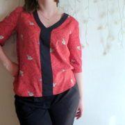 La blouse Coquelicot est un haut à avoir dans sa garde robe. Il s'associera avec toutes les pièces de la garde robe. Disponible en PDF et pochette.