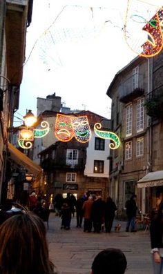 La Porta Faxeira de Santiago de Compostela y la entrada a la Rúa do Franco iluminadas para el Carnaval 2013