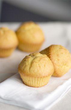 """I muffins alle carote sono la prima idea che ho avuto per la """"settimana dei muffins"""": li ho preparati appositamente per la mia collega Ludovica, che essendo americana va pazza per la carrot cake. Per la ricetta ho tratto ispirazione dalle tortine di Elisa, ma al momento di aggiungere le carote all'impasto sono stata molto …"""