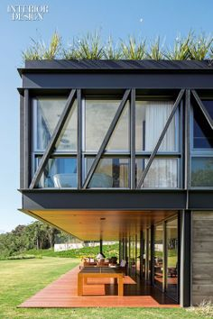 City and Country: Grass Roof Conceals Rio Vacation House - Modern Steel Frame House, Steel House, Home Modern, Modern House Design, Haus Am Hang, Green Facade, Green Roofs, Roofing Options, Residential Roofing