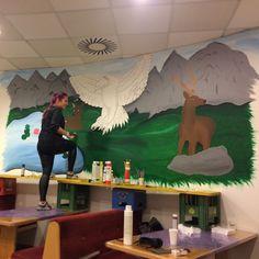 Kinderbetreuerin Dajana bei der Neugestaltung des Alpine Palace Mitarbeiteraums!
