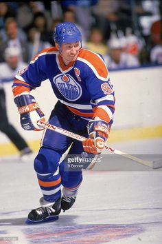 Canadian professional ice hockey player Wayne Gretzky forward of the Edmonton Oilers skates on the ice during a road game, mid Hockey Shot, Ice Hockey Players, Nhl Players, Hockey World, Wayne Gretzky, Edmonton Oilers, Hockey Cards, Sports Figures, National Hockey League