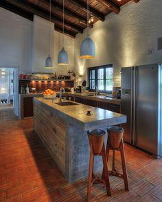 cocina, con muebles de obra y puertas de madera, isla central de ladrillo, y acabado de microcemento, sin muebles altos, techo de madera